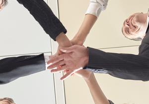 企業が競争力や生産性を高めるには、従業員の協力が不可欠